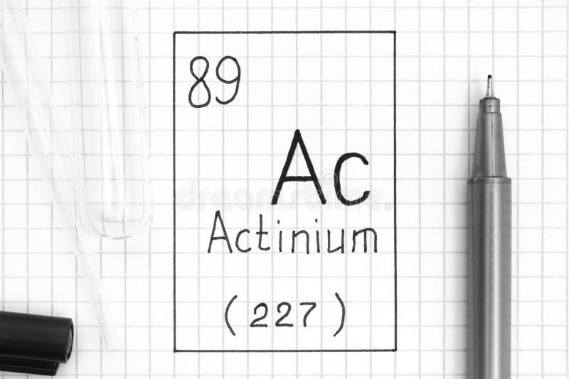 C.A. d'actinium d'élément chimique d'écriture avec le stylo, le tube à essai et la pipette noirs photographie stock