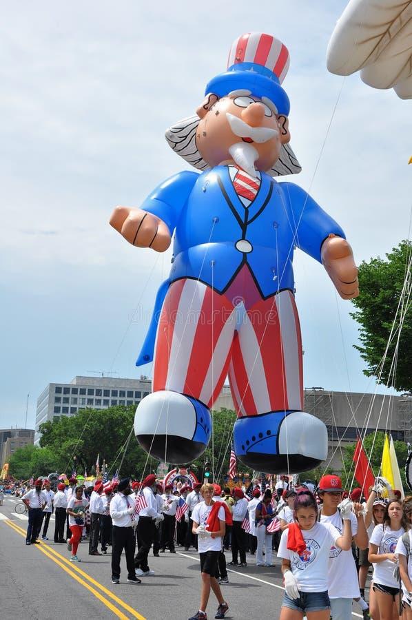 c D washington C - JULI 4, 2017: jätte- ballonger blåsas upp för deltagande i medborgaren 2017 som självständighetsdagen ståtar J fotografering för bildbyråer