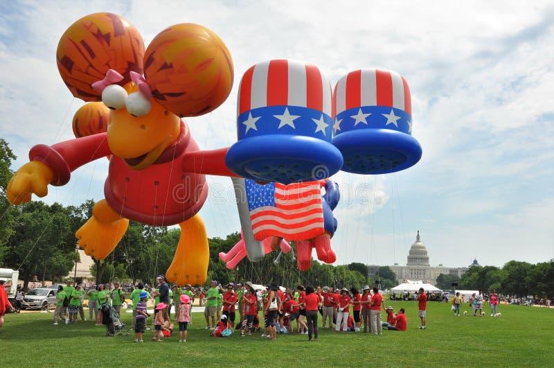 c D washington C - JULI 4, 2017: jätte- ballonger blåsas upp för deltagande i medborgaren 2017 som självständighetsdagen ståtar J arkivfoton