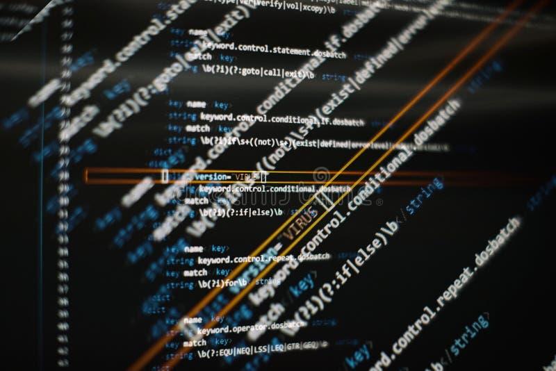 C?digo abstracto de la escritura del ordenador Pantalla programada del c?digo del desarrollador de software Tiempo de trabajo de  foto de archivo