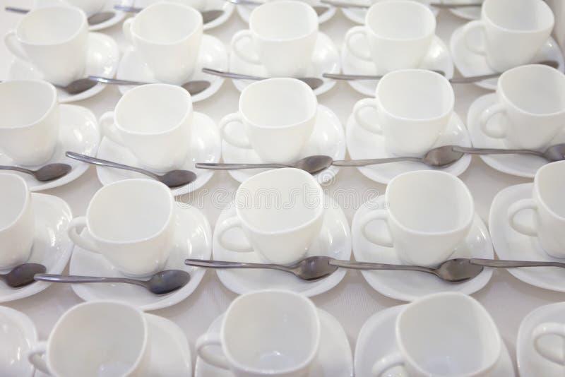 C'est beaucoup de tasses de thé nettes blanches vides photo stock