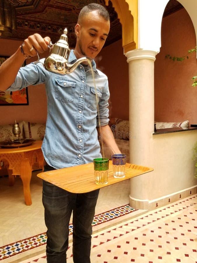 C'est comment vous servez le thé en bon état marocain ! image stock