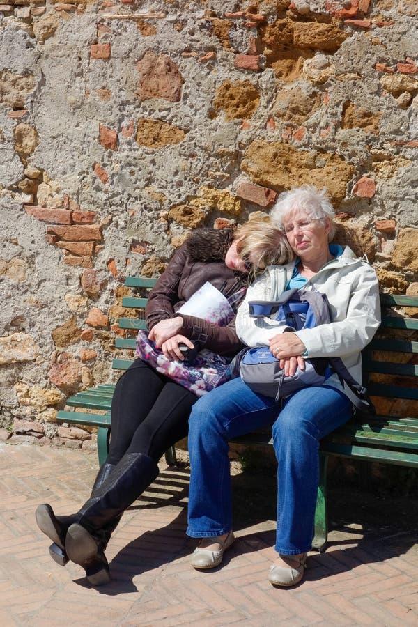 C'est dur labeur étant un touriste dans Pienza Toscane le 19 mai 2013 Deux personnes non identifiées image libre de droits