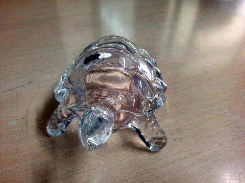 C'est l'image d'une tortue qui est faite de verre transparent image libre de droits
