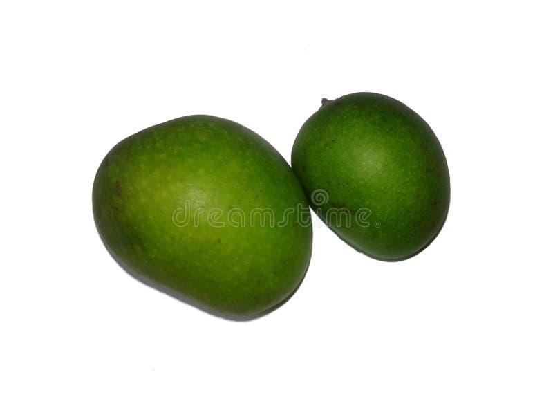 C'est l'image de la mangue crue verte fraîche d'isolement dessus avec le fond photos libres de droits
