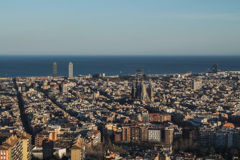 C'est la vue spectaculaire de Barcelone, Espagne Dans l'image ce peut être repéré la famille sacrée de Sagrada Familia d'Antoni photo libre de droits