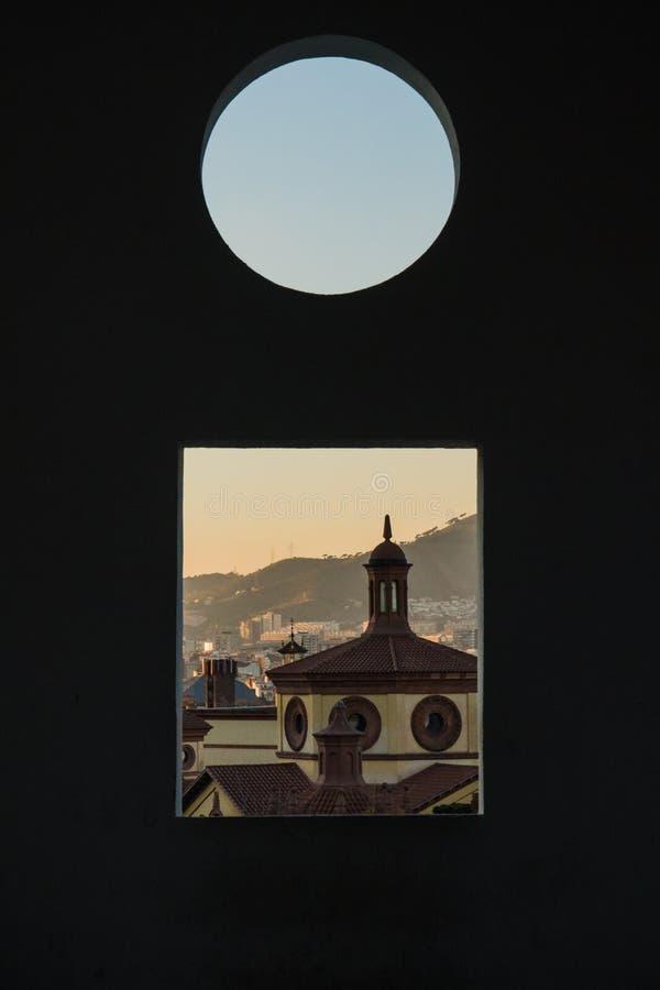C'est le théâtre libre de Teatre LLiure de Montjuïc Montjuic à Barcelone Il est temps de coucher du soleil et nous pouvons voir  photographie stock libre de droits