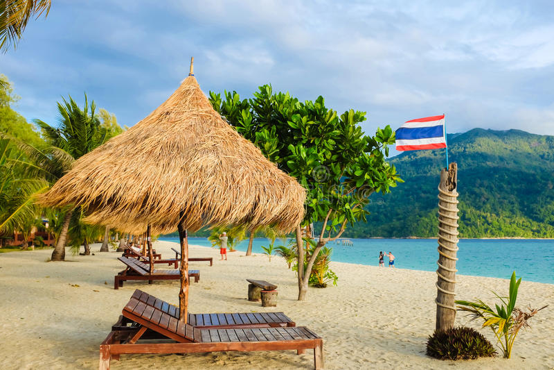 C'est les chaises en bois d'exposition de temps de vacances sur un beau tropique photographie stock libre de droits