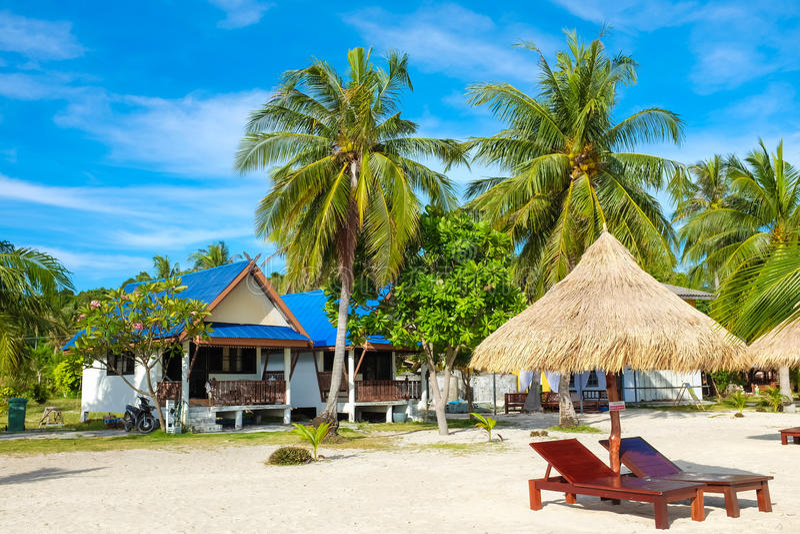 C'est les chaises en bois d'exposition de temps de vacances sur un beau tropique images libres de droits