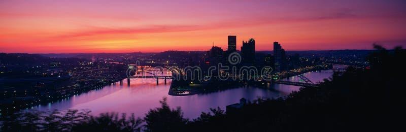 C'est lever de soleil sur les fleuves d'Allegheny et de Monongahela où ils contactent la rivière Ohio C'est la vue du support Was images libres de droits