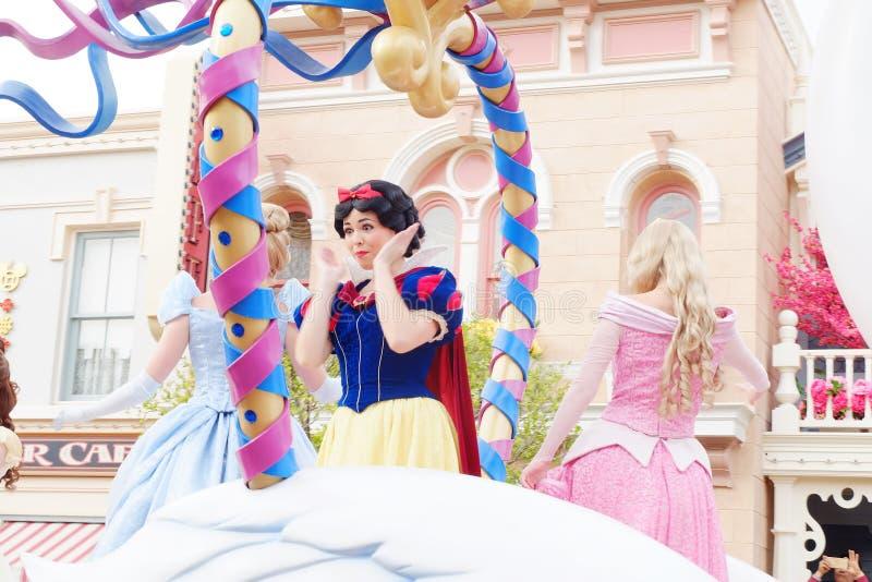C'est princesse Snow White Dans l'exposition, défilent les princesses Walt Disney chez Hong Kong Disneyland photos libres de droits