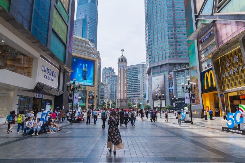 C'est rue piétonnière de Jiefangbei une destination célèbre de zone et de voyage d'atelier dans le centre-ville à Chongqing, Chin photographie stock