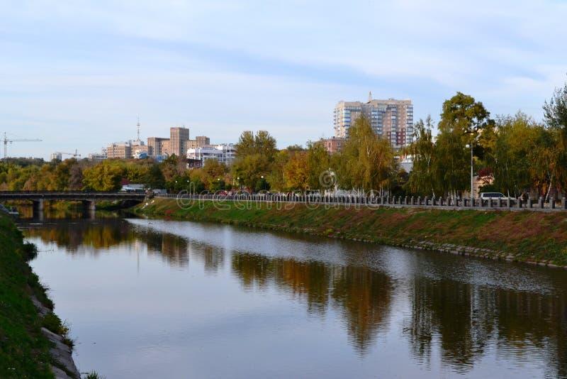 C'est un automne tôt, vue de la ville et la petite rivière image libre de droits