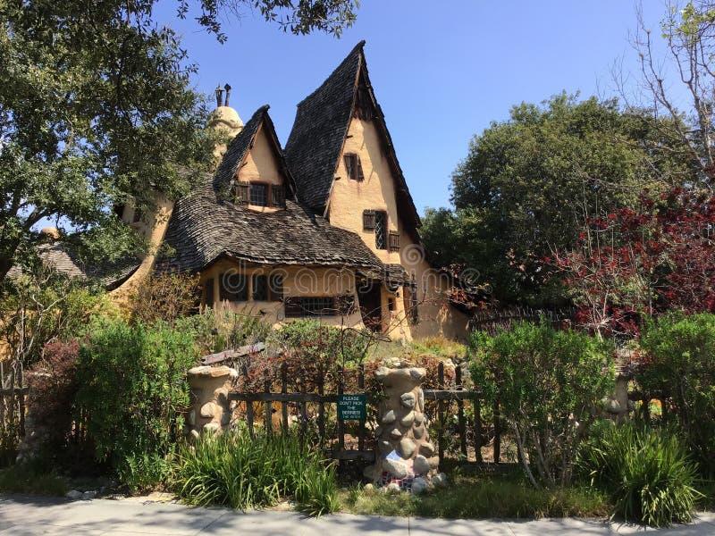 C'est un conte de fées, cottage étrange mignon entouré par de beaux jardins photographie stock libre de droits