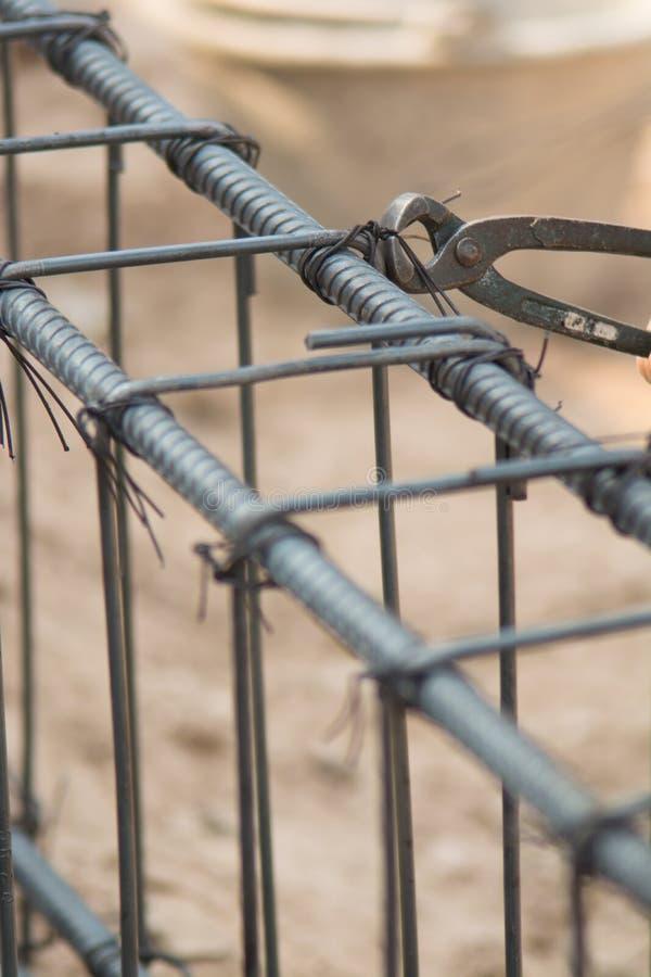 C'est un paquet de barres d'acier à préparer versent la construction de poteau photos libres de droits