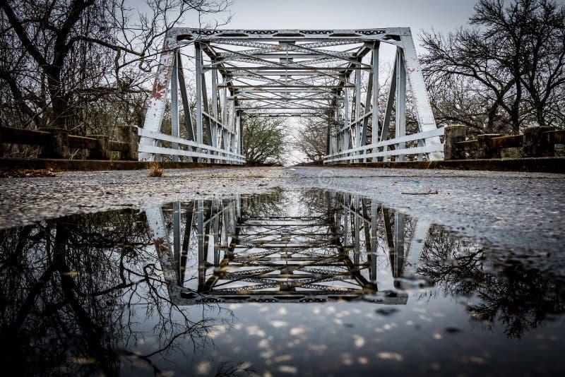 C'est un pont au-dessus de l'eau photo stock