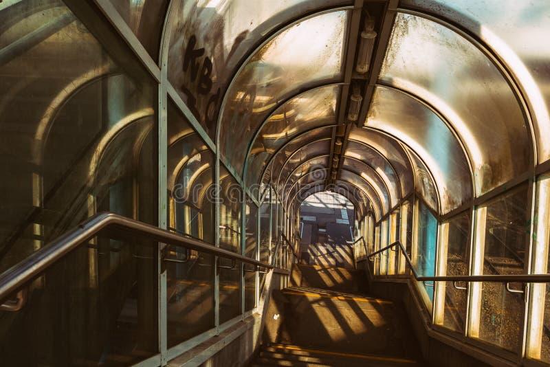C'est un vieil escalier d'une station de train publique en Allemagne photos stock