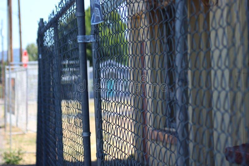 C'est une image d'une barrière autour d'un chantier de construction photos libres de droits