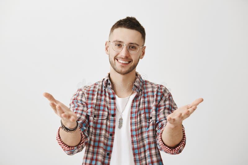 C'est vous que je veux féliciter Portrait de mâle mûr à l'air amical heureux en verres tirant des mains vers images stock