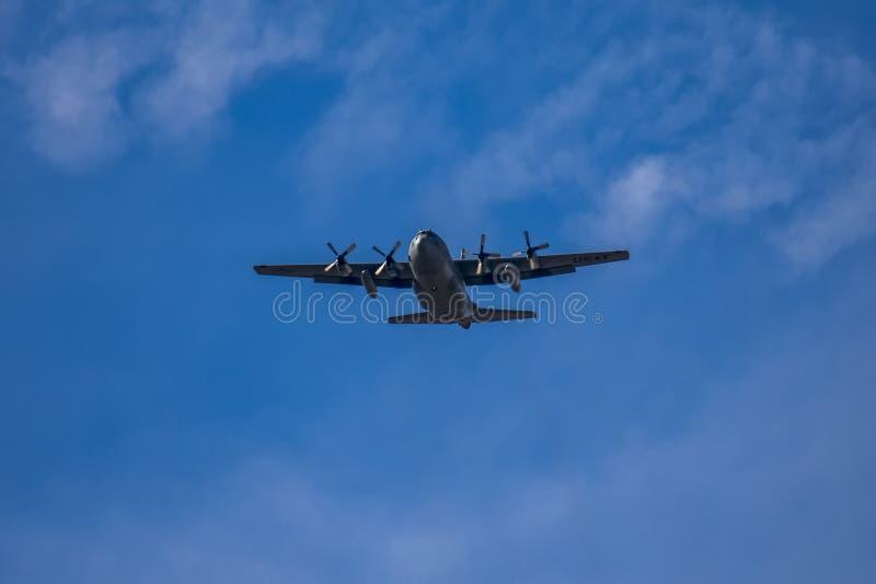 C-130 Hercules Military Airplane Low Fly-By royaltyfri fotografi
