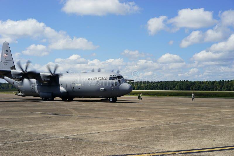 C-130J imposant pour le décollage photographie stock libre de droits