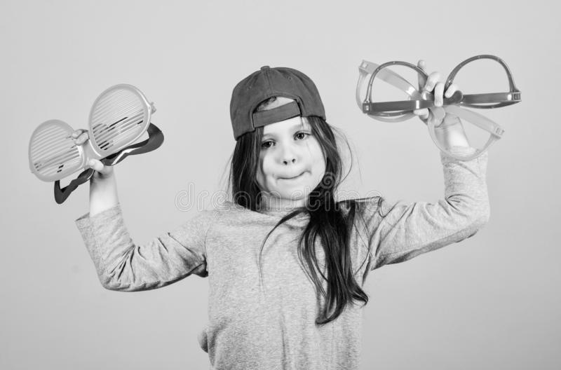 C?l?bration Keep Fille de r?ception ? la mode Fille de partie adorable tenant les verres de fantaisie Petit enfant mignon choisis image libre de droits