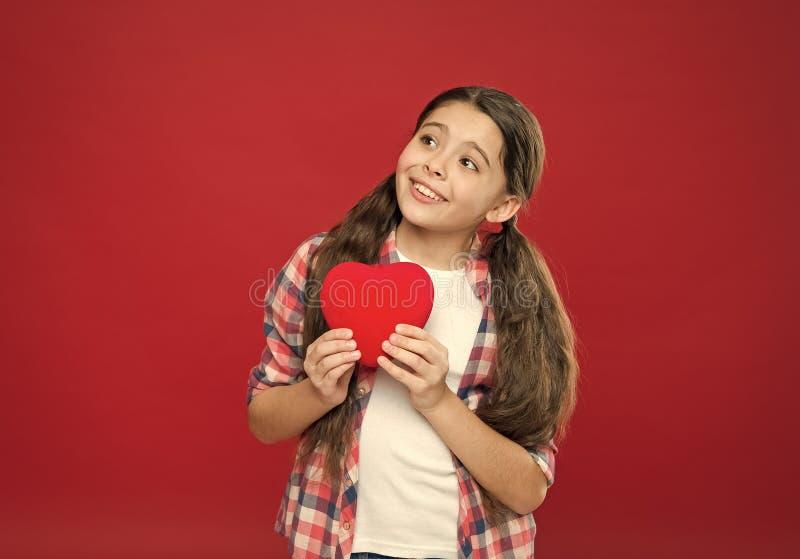 C?l?brez le jour de valentines Amour et concept romantique de sentiments Attribut rouge de coeur de valentine Cadeau ou pr?sent d photo stock