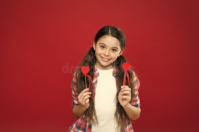 C?l?brez le jour de valentines Chute dans l'amour Amour et concept romantique de sentiments Attribut rouge de coeur de valentine  photo libre de droits