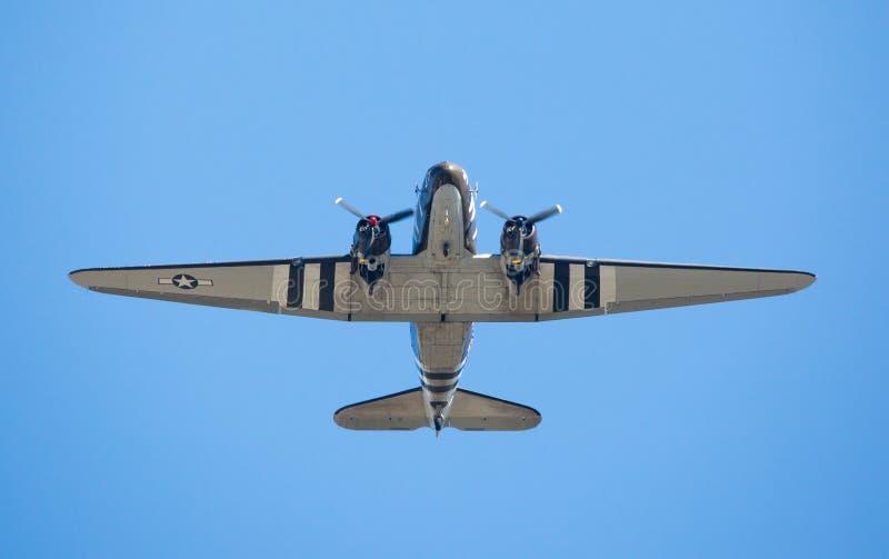 A.C. - 47 ladingsvliegtuigen tijdens de vlucht stock afbeelding
