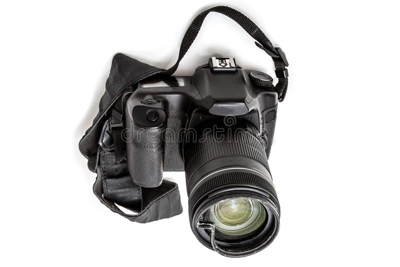C?mara digital quebrada de SLR, filtro protector abollado en el zoom Ser? reparado Aislado en el fondo blanco perspectiva fotografía de archivo libre de regalías