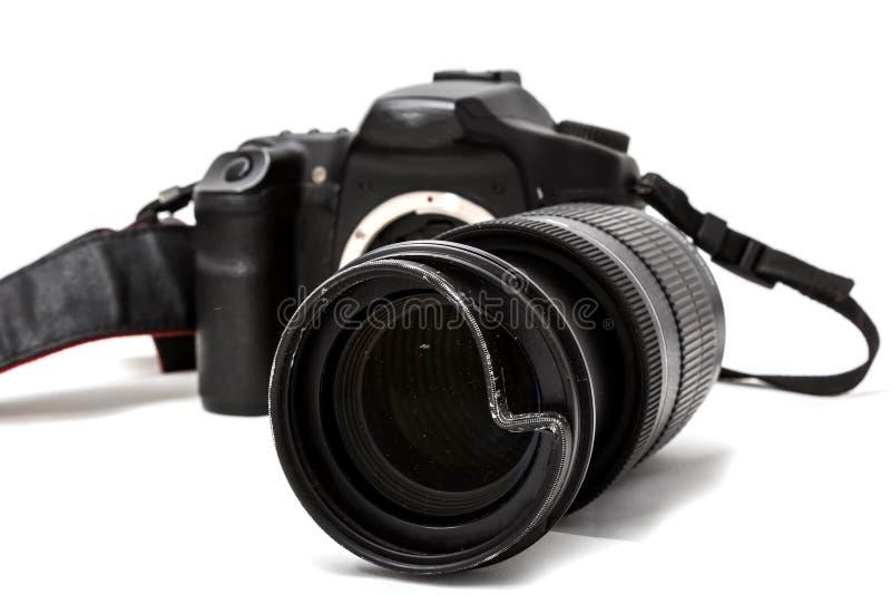 C?mara digital quebrada de SLR, filtro protector abollado en el zoom Ser? reparado Aislado en el fondo blanco Vista lateral foto de archivo libre de regalías