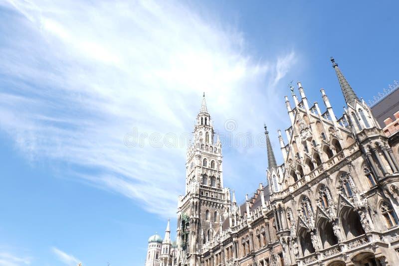 C?mara municipal de Rathaus da cidade de Munich com c?u imagens de stock royalty free