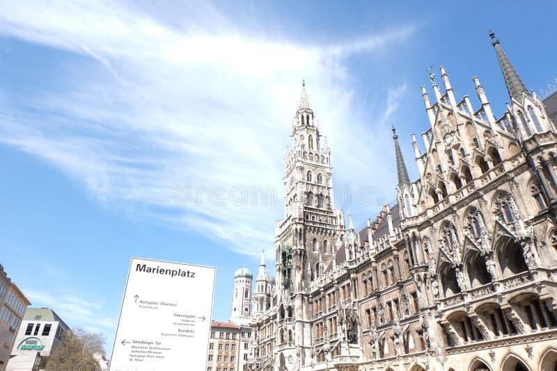 C?mara municipal de Rathaus da cidade de Munich com c?u imagem de stock royalty free