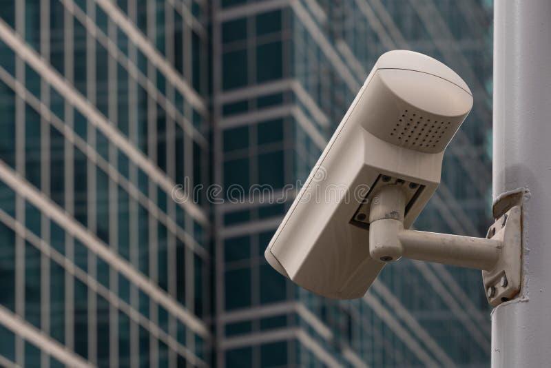 C?mera do CCTV contra a vista de constru??es modernas atrav?s da janela do escrit?rio fotos de stock royalty free