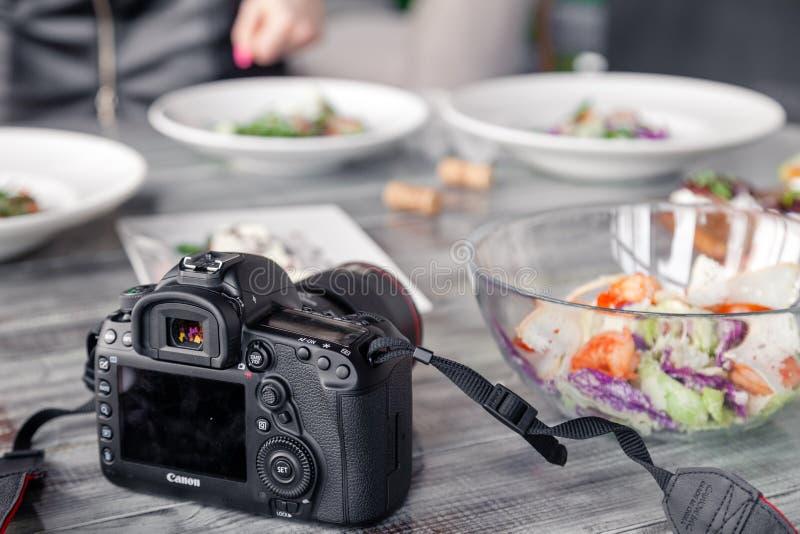 C?mera profissional Canon 5D Mark de R?ssia Kemerovo 2019-03-10 IV e muitos pratos diferentes, peixe, saladas na tabela no restau imagem de stock royalty free