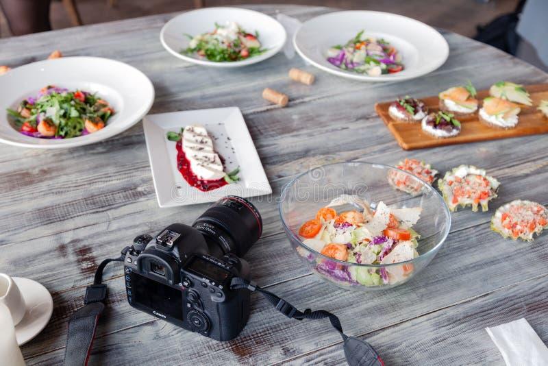 C?mera profissional Canon 5D Mark de R?ssia Kemerovo 2019-03-10 IV e muitos pratos diferentes, peixe, saladas na tabela no restau fotos de stock royalty free