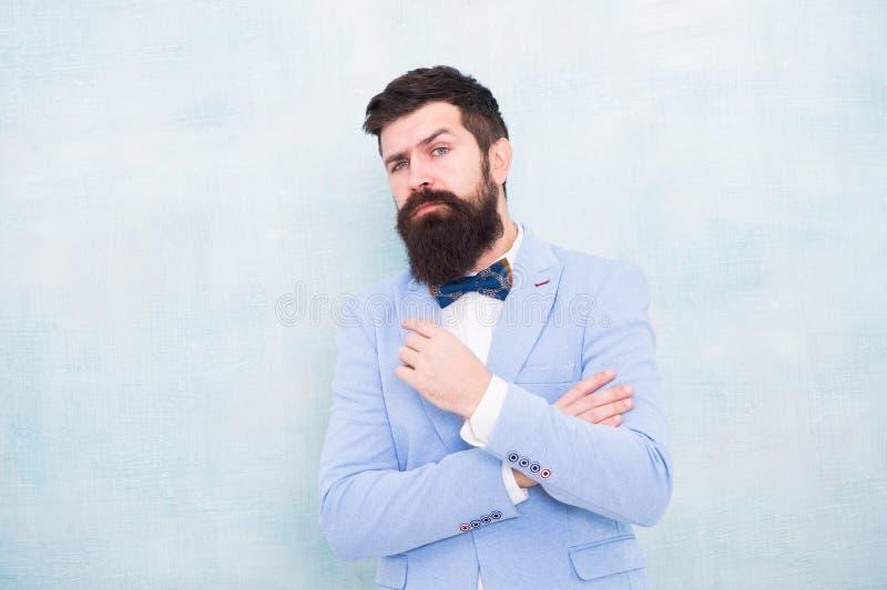 C?mo batir los nervios el d?a de boda Traje formal del inconformista barbudo del hombre con la corbata de lazo Casarse la moda Es imagen de archivo