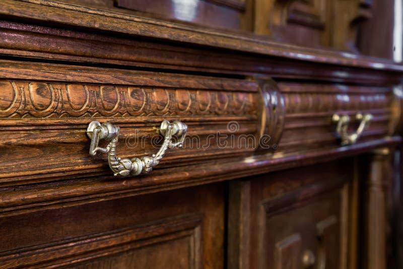 Cômoda com mobília do vintage imagens de stock royalty free
