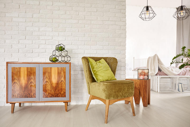 Cômoda e poltrona de madeira imagens de stock