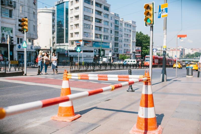 Cône de route sur la route Signe de route Courses sur route sur les rues d'Istanbul en Turquie signe Circulation routière photo stock