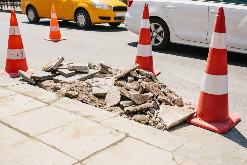 Cône de route sur la route Signe de route Courses sur route sur les rues d'Istanbul en Turquie signe Circulation routière images stock