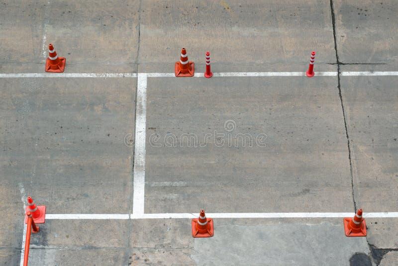 Cône du trafic sur la route photo libre de droits