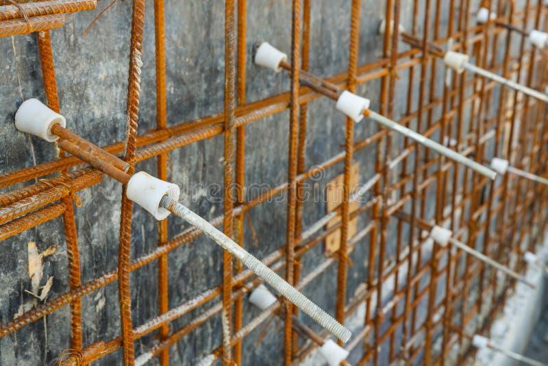 Cône en plastique de tige de renfort pour le coffrage de mur en béton photographie stock