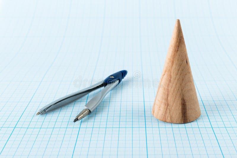 Cône géométrique en bois de forme photo stock