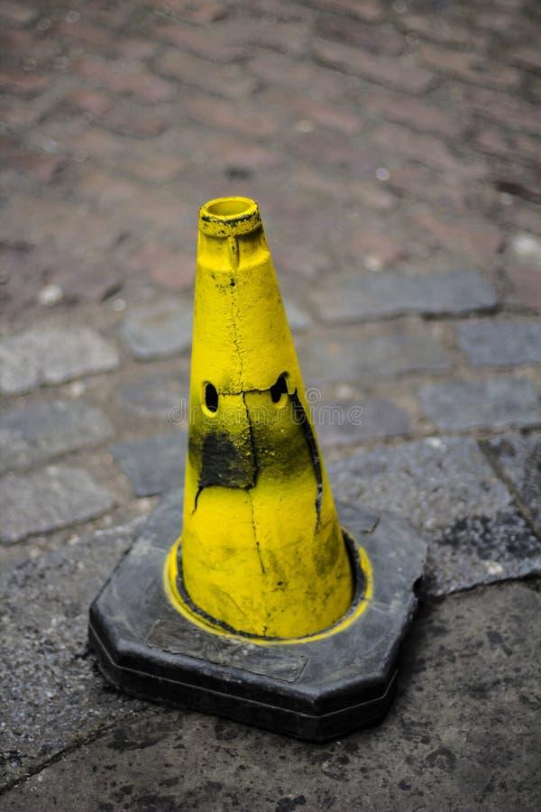 Cône jaune de circulation photographie stock