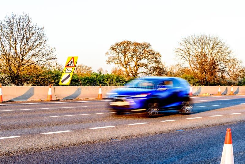 Cônes BRITANNIQUES de travaux routiers de relais d'autoroute de vue de soirée photos libres de droits