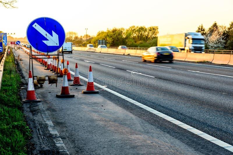 Cônes BRITANNIQUES de travaux routiers de relais d'autoroute de vue de soirée photographie stock libre de droits