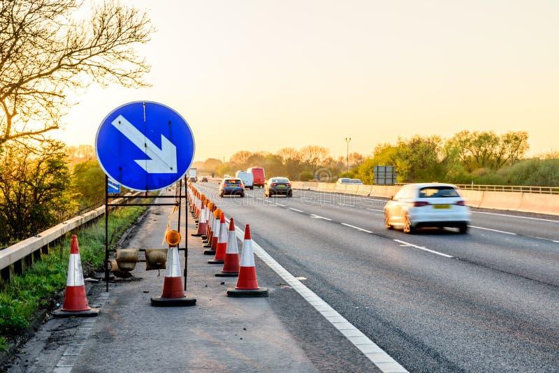 Cônes BRITANNIQUES de travaux routiers de relais d'autoroute de vue de soirée images libres de droits