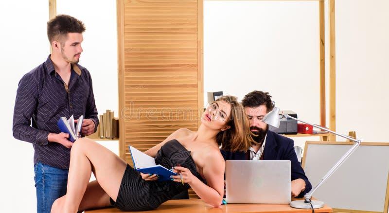 C'? non I in gruppo Gruppo professionale sul lavoro Gruppo di persone che fanno grande discussione di affari nel corso della riun immagini stock