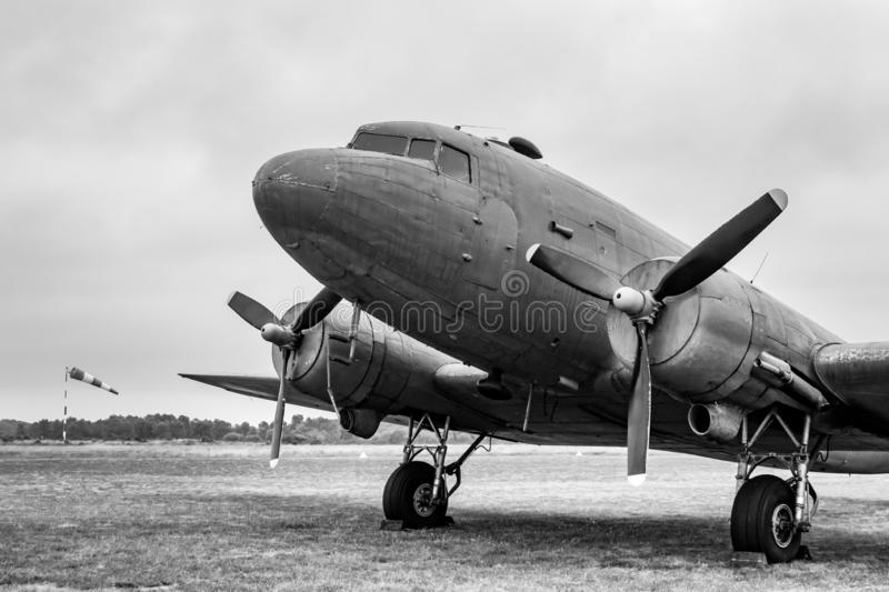 C-47 plano Skytrain de Douglas, força aérea do exército de Estados Unidos DC-3, L4, Dakota Royal Air Force, R-40 US Navy, aterran imagem de stock royalty free